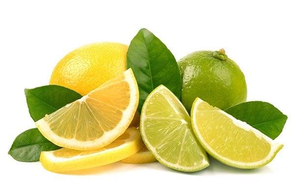 Trong thành phần quả chanh có chứa L-ascorbic acid - một chất có công dụng làm se và khô mụn. Chất này hoạt động như kháng sinh chống lại các vi khuẩn gây mụn.