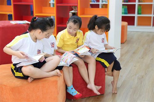 Học sinh Vietschool cùng nhau đọc sách.